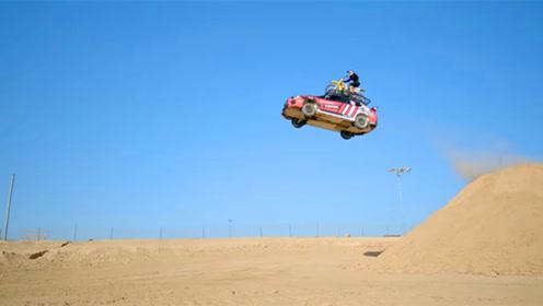 老外把摩托绑上汽车车顶,挑战最高跳跃记录,电影都是这么拍的?