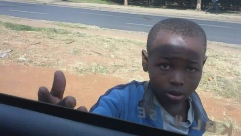中国人到非洲旅游,非洲小孩强行要钱,不给就用石头砸你!