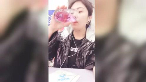 看美女直播喝饮料,超大一杯颜色看起来很温柔,一定很好喝吧!