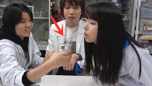 """日本女孩亲测,喝了""""带电""""的水会怎样?刚抿一口瞬间被电蒙圈"""