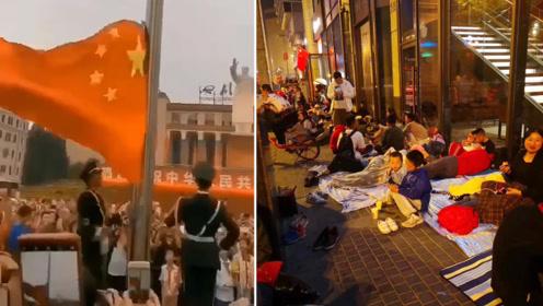 成都数万人冒雨观升旗齐声合唱国歌 有人在广场打地铺通宵守候