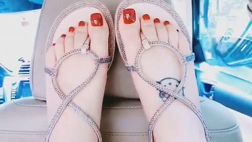 美女脚模的生活自拍:大红色美甲配上这双鞋子,衬托出脚丫子好看