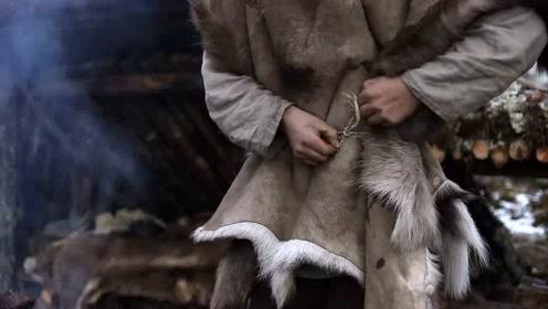 小哥丛林生存,下雪了赶紧缝兽皮衣,熬过这个冬天!