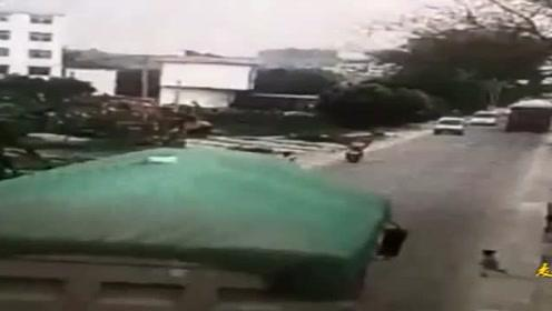 小屁孩闯马路 满载大卡车急躲闪致翻车