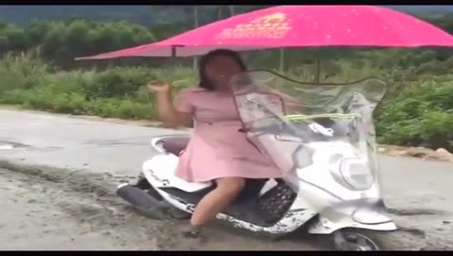 女司机骑摩托车冲进了混泥土,已经僵持了一上午了,扎心