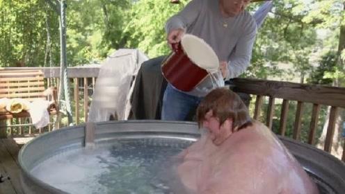 体重640斤洗澡有多费劲?父亲都看不去了,这操作没毛病!