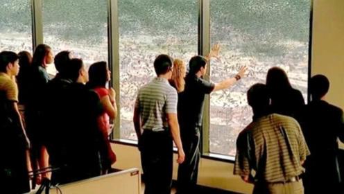 铺天盖地的蝗虫袭击城市,还能打穿玻璃,人类躲在屋里也不管用
