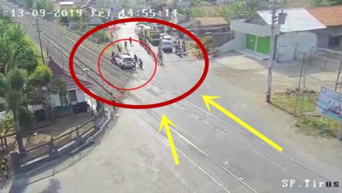 越野车被困火车轨道,10秒后火车来临,直接被撞成渣渣!