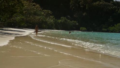 男子沙滩游玩,路遇搁浅小海豚,放归海洋两年后竟再次相遇