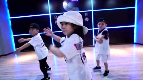听周杰伦的歌是一种情怀,小朋友用街舞演绎酷萌酷萌的