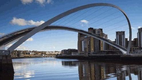 世界唯一会翻转的桥,坐落在英国运河上,能承受4千吨轮船碰撞