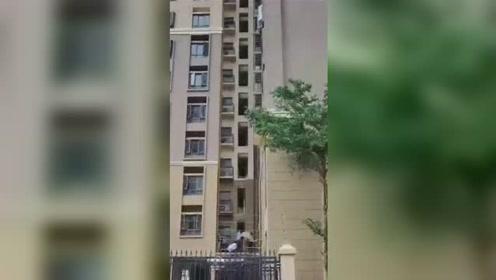 深圳3岁女童从7层坠落 砸在2楼平台后奇迹生还