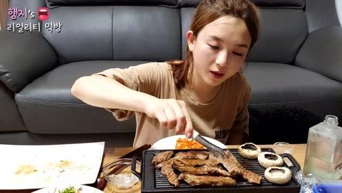韩国妹子深夜烤肉吃,搭配白酒一个人吃的好享受