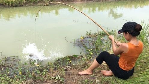钓鱼:用力太猛,直接把鱼甩到身后