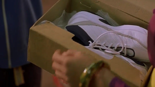 阿星兑现了自己的诺言,送给阿梅一双球鞋,阿梅心花怒放