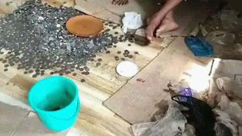 印度一乞丐铁轨旁去世 警察在其家中见到了让人惊讶的情景