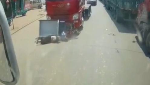 三轮车和大卡车抢道,七旬夫妇被推出几米,监控拍下揪心全程!