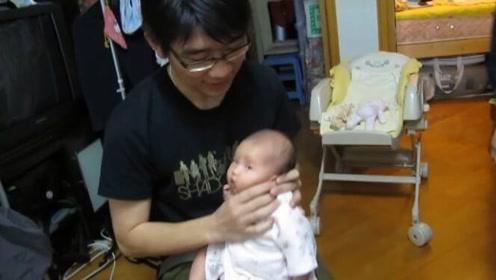 医生叔叔给宝宝做旋转拍嗝,大型坑娃现场,果然不是亲生的