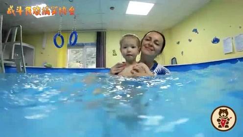 第一次来上课就能游得这么好 这个外国萌娃果然很有天赋