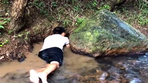 农村小伙和大表哥在深山老林抓野味,直接趴在水中动手,太拼了!