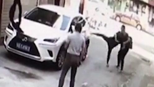 24岁女子与男友吵架,竟脚踹路边私家车,车主怒扇其耳光!