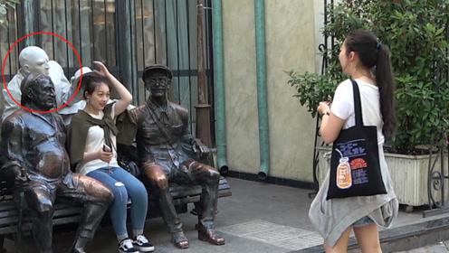 男子街头行为艺术,路人错看成假人,下一秒吓到跳起