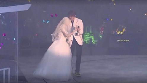 迷幻行为!蔡徐坤在演唱会上抱着穿婚纱的假人跳舞