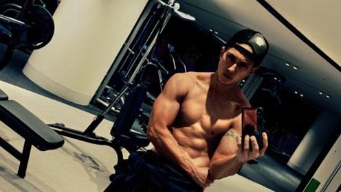 吴尊晒裸上身健身照大秀肌肉 称40岁才是黄金时期