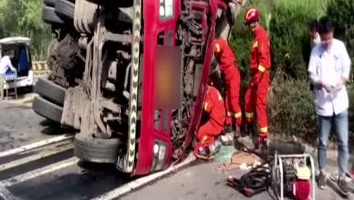 两车相撞油箱被撞烂驾驶员被困 半挂车横躺路上消防火速救人