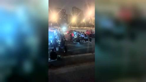 北京一角,和城管打游击的小摊备受欢迎,估计不是因为好吃,是实惠吧!
