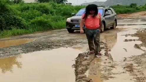 这位司机太缺德了,小伙已经很可怜了,他竟然还开车反复溅他一身水!