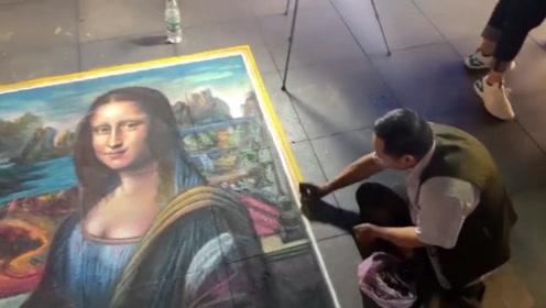 大爷在街头卖艺,用粉笔作画,画出蒙娜丽莎惊艳众人!