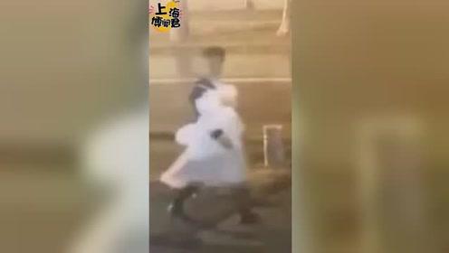 """深夜,沪一男子穿着""""公主裙""""一路小跑…知道原因太震惊!"""