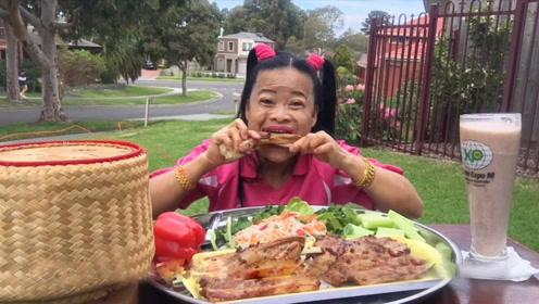 大姐在户外享用猪排,百变的葫芦娃发型,看着就充满笑点