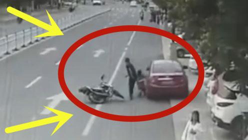 男子驾车撞倒摩托夫妻,欲逃逸妻子拉车门阻拦,被拖行几十米卷进车底!