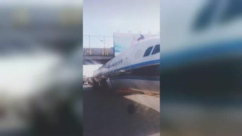 活久见!飞机卡在马路上 一辆拉飞机部件的挂车被卡住