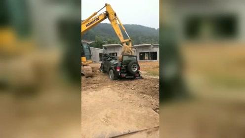挖掘机砸车,干完活不给工资的老板,就是这个下场!
