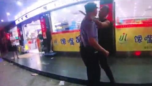 醉酒男抢菜刀闹事刺伤民警 民警路人联手1秒夺刀瞬间制服