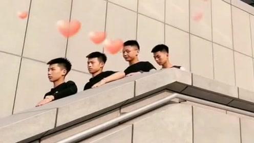 """4位小哥哥""""假装""""坐电梯,你感觉谁演得最像?简直太能嘚瑟了"""