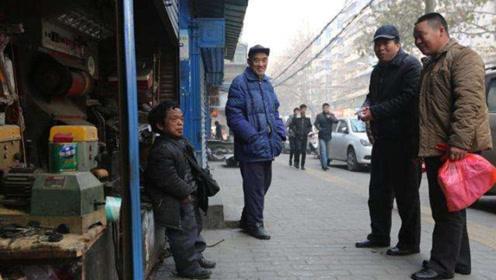 """身高1.28米""""袖珍""""大叔,西安开店讨生活,说起梦想令人心酸"""