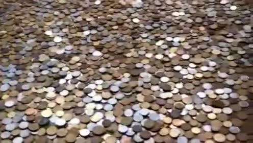 这真是高手!看他攒了多少硬币!这场面让谁看见都大吃一惊!
