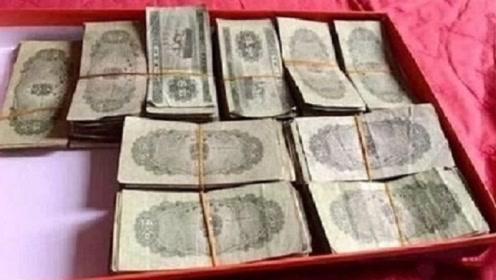 大爷拿一麻袋旧纸币去银行存款,工作人员打开后,却立马报警