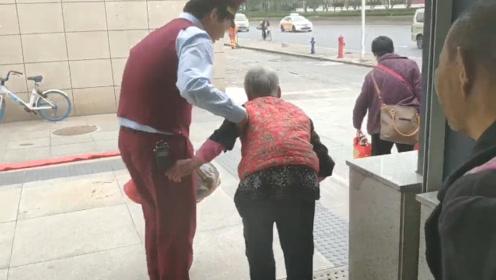 常回家看看!8旬奶奶想念80后孙子 带6旬儿子儿媳远赴他乡看望