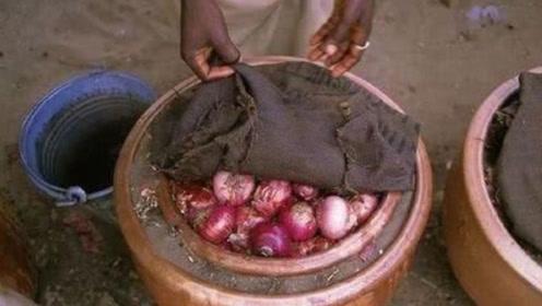 """非洲人自制""""泥土冰箱"""",从此不用交电费,保鲜效果惊人"""