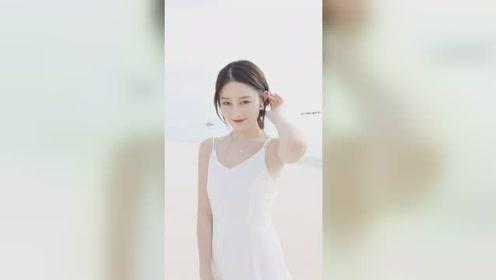 海边遇到的小姐姐太美了,高雅的气质和颜值,是不是那个你想牵手的姑娘?