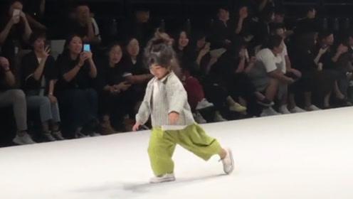 别人走的模特步叫做自信 你这孩子走出来一种六亲不认的步伐