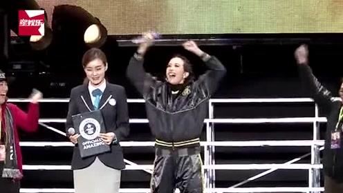 莫文蔚成功挑战世界最高海拔演唱会,现场被授予证书开心尖叫