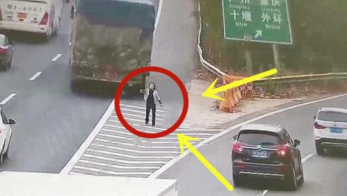 奇女子竟然在高速上,指挥大货车倒车,被民警抓个正着!