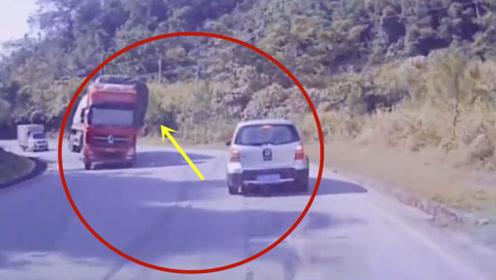 半挂车过弯不减速,小车瞬间被砸中!视频车幸运的躲过一劫