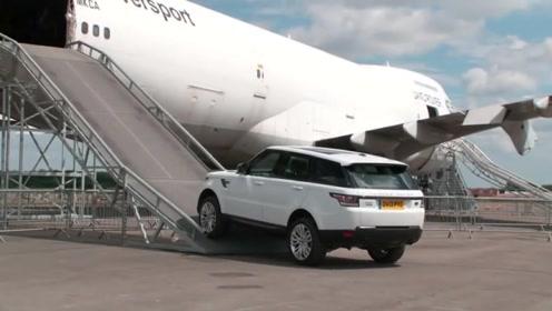 路边停着一辆波音747,路虎司机一脚油门后,霸气开始了!